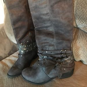 Like new not rated gray boots